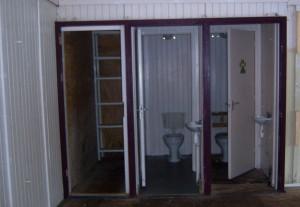 De toiletten en voorraadkast